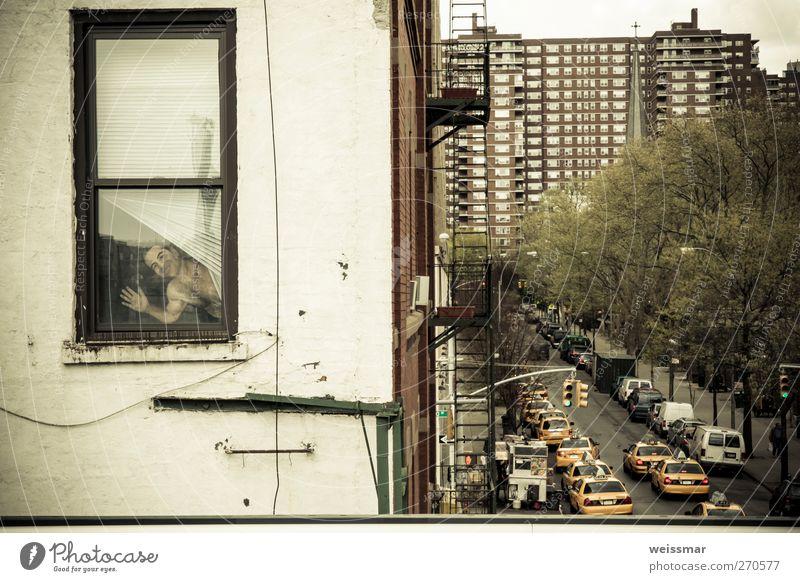 Der Mann? am Fenster? New York City USA Nordamerika Stadt Haus Verkehr Verkehrsmittel Straßenverkehr Freude Suche Farbfoto Gedeckte Farben Außenaufnahme Tag