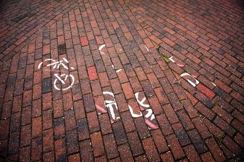 Redwahrfag Fahrrad Fahrradfahren Fahrradtour Fahrradweg Fahrbahn Beschriftung Schilder & Markierungen Fahrbahnmarkierung Straßenbelag Pflastersteine kaputt