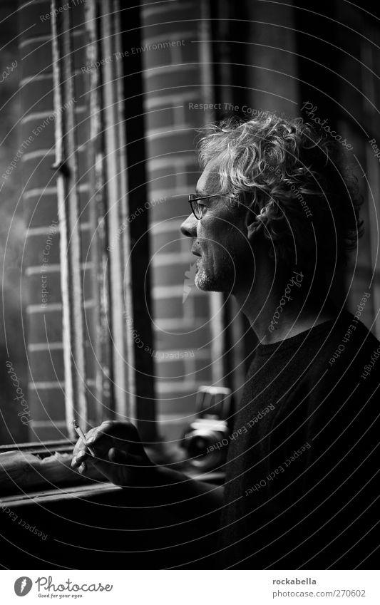 AST5 | Mann schaut aus Fenster maskulin Erwachsene 1 Mensch 45-60 Jahre beobachten Rauchen ästhetisch elegant Freundlichkeit positiv dünn Erotik Einsamkeit