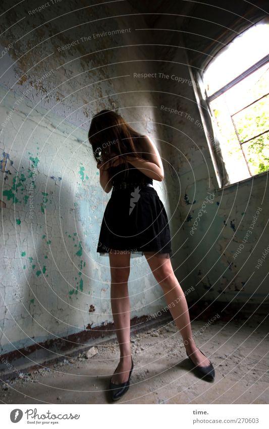 The Musical Eye Box Frau Erwachsene Körper 1 Mensch 18-30 Jahre Jugendliche Ruine Mauer Wand Fenster Rock Arbeit & Erwerbstätigkeit beobachten ästhetisch