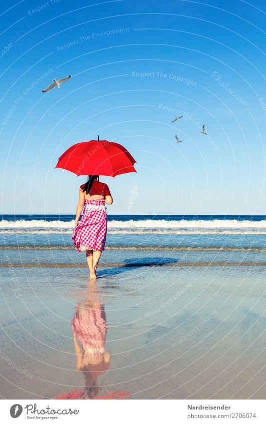 Spaziergang am Meer Frau Mensch Ferien & Urlaub & Reisen Natur Sommer Wasser Landschaft Sonne Strand Erwachsene Leben feminin Freiheit Wellen laufen