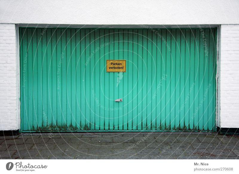 Die Garage Leben Architektur Gebäude PKW geschlossen Ordnung Schilder & Markierungen Schriftzeichen Hinweisschild Bauwerk Tor türkis parken Pflastersteine