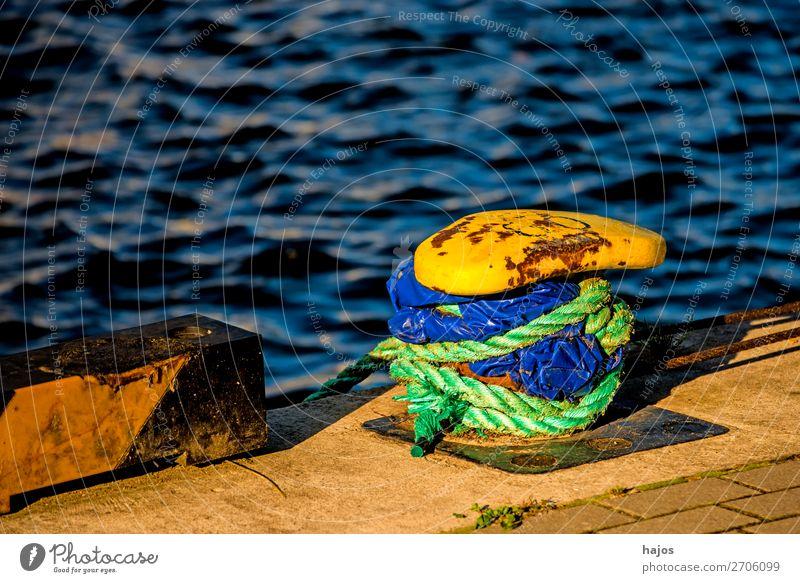 Hafenpoller mit Festmacherleine Design maritim blau gelb Poller Festmacherleinen grün Wasser Ostsee Pier Schifffahrt verzurr geankert fixiert malerisch