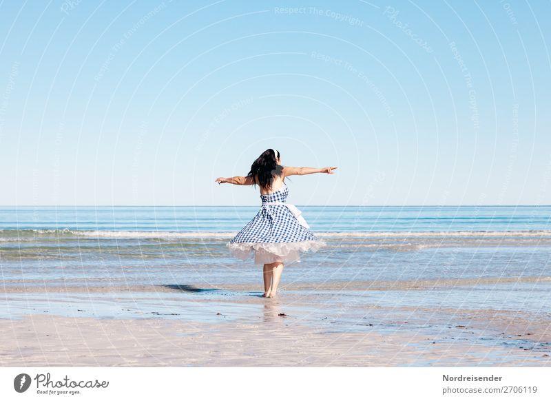 Luftig | Am Strand Frau Mensch Ferien & Urlaub & Reisen Sommer Wasser Meer Erwachsene Leben feminin Tourismus Sand Insel Fröhlichkeit Lebensfreude