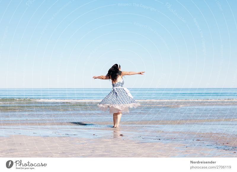 Luftig | Am Strand Leben Meditation Ferien & Urlaub & Reisen Tourismus Sommerurlaub Meer Insel Mensch feminin Frau Erwachsene 1 Tanzen Tänzer Sand Wasser