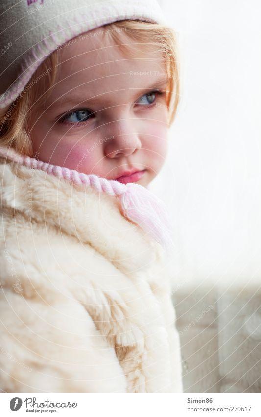Sehnsucht Mensch feminin Mädchen Kindheit Körper 1 3-8 Jahre Mode Mantel Fell Mütze blond Denken Blick ästhetisch Neugier Gefühle Geborgenheit Warmherzigkeit