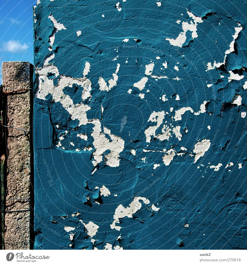 Kind of Blue Himmel blau alt Farbe Wand Mauer Fassade Beton verrückt Wandel & Veränderung Vergänglichkeit Spuren verfallen Verfall chaotisch Riss