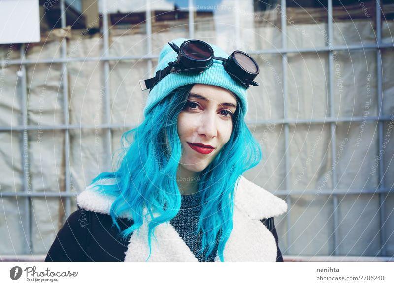 Porträt einer Punk oder gotischen jungen Frau Stil Freude schön Haare & Frisuren Haut Erwachsene Subkultur Wolken Brille Sonnenbrille Hut langhaarig Locken