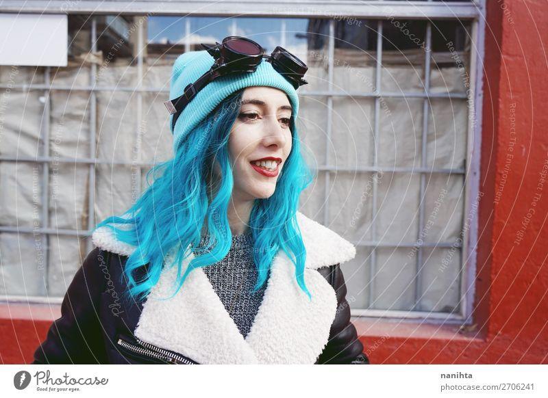 Frau Mensch Jugendliche Junge Frau blau Stadt Farbe schön Wolken Freude 18-30 Jahre Lifestyle Erwachsene lustig feminin Stil