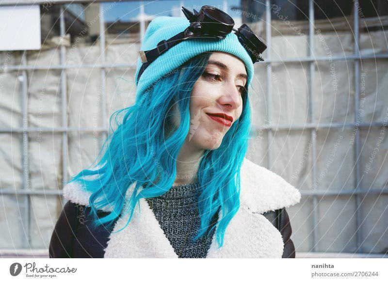 Frau Mensch Jugendliche blau Farbe schön Wolken Freude 18-30 Jahre Erwachsene lustig feminin Stil Haare & Frisuren Zufriedenheit Metall