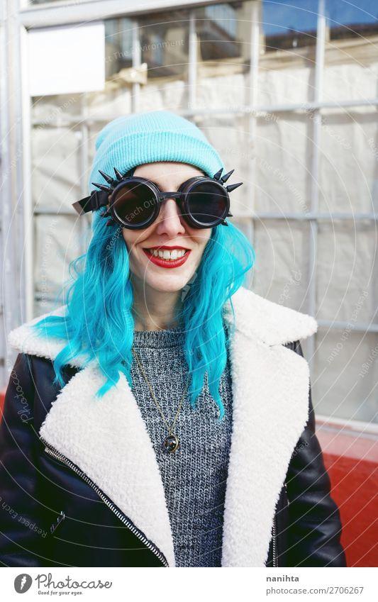 Porträt eines Punk oder einer gotischen jungen Frau, die lächelt. Stil Freude schön Haare & Frisuren Haut Mensch feminin Erwachsene 1 18-30 Jahre Jugendliche
