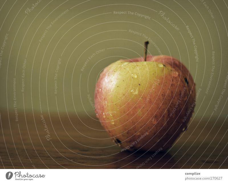 Der Apfel Lebensmittel Frucht Ernährung Frühstück Picknick Bioprodukte Vegetarische Ernährung Diät Gesundheit Wellness Holz gelb grün rot Wassertropfen frisch