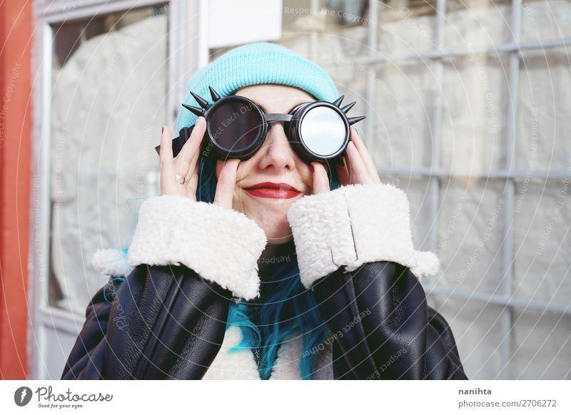 Frau Mensch Jugendliche blau Farbe schön Wolken Freude 18-30 Jahre Erwachsene lustig feminin Glück Stil Haare & Frisuren Metall
