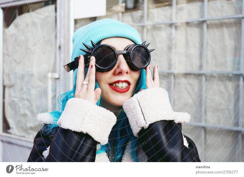 Frau Mensch Jugendliche Junge Frau blau Farbe schön Wolken Freude 18-30 Jahre Erwachsene lustig feminin Stil Haare & Frisuren Metall