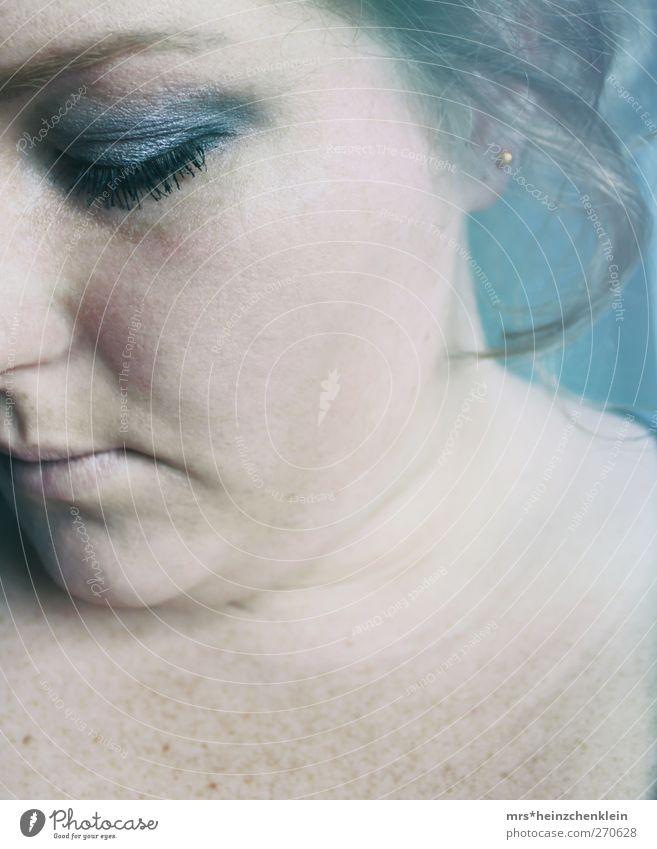 drowning Mensch Frau Jugendliche blau Wasser weiß schwarz Erwachsene Gesicht Auge kalt feminin Gefühle grau Kopf Traurigkeit