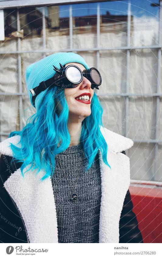 Frau Mensch Jugendliche Junge Frau blau Stadt Farbe schön Wolken Freude 18-30 Jahre Erwachsene lustig feminin Stil Haare & Frisuren