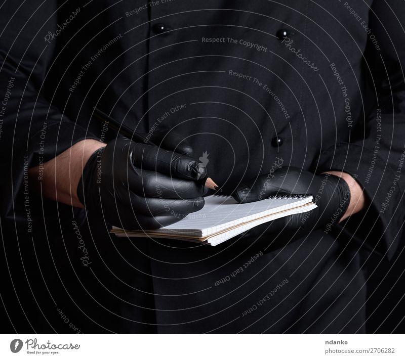 Küchenchef in schwarzer Uniform und Latexhandschuhen Restaurant Arbeit & Erwerbstätigkeit Beruf Koch Mensch Mann Erwachsene Hand Bekleidung Hemd Anzug Jacke