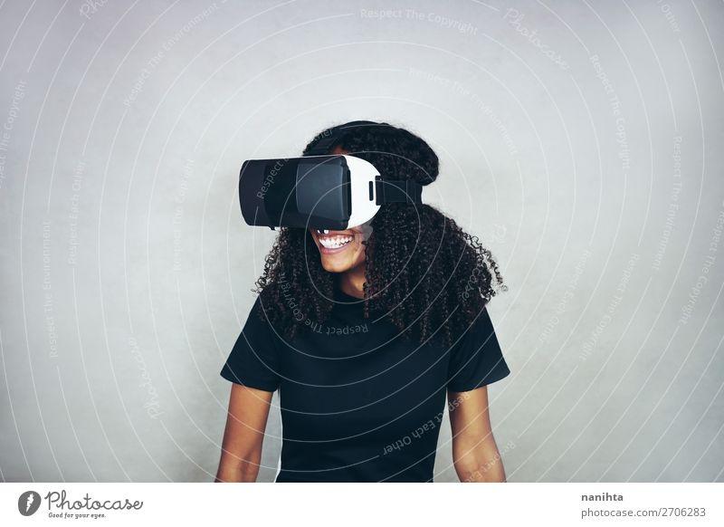 Eine junge Frau trägt ein Virtual Reality VR-Headset. Lifestyle Stil Glück schön Spielen Spielkonsole Hardware Technik & Technologie Unterhaltungselektronik