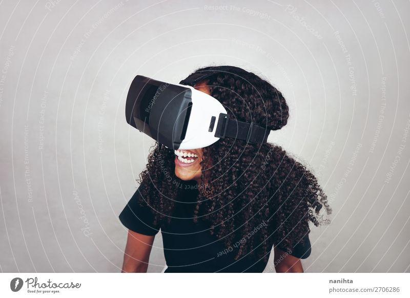 junge schwarze Frau trägt Virtual Reality VR Headset Lifestyle Stil Glück schön Haare & Frisuren Freizeit & Hobby Spielen Spielkonsole Technik & Technologie