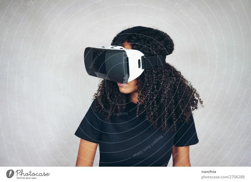 Eine schöne junge Frau mit VR-Brille Lifestyle Stil Glück Spielen Headset Spielkonsole Technik & Technologie Unterhaltungselektronik Fortschritt Zukunft