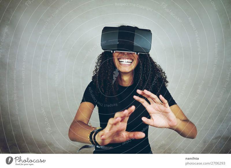 junge Frau trägt Virtual Reality VR-Headset Lifestyle Stil Glück schön Freizeit & Hobby Spielen Spielkonsole Technik & Technologie Unterhaltungselektronik
