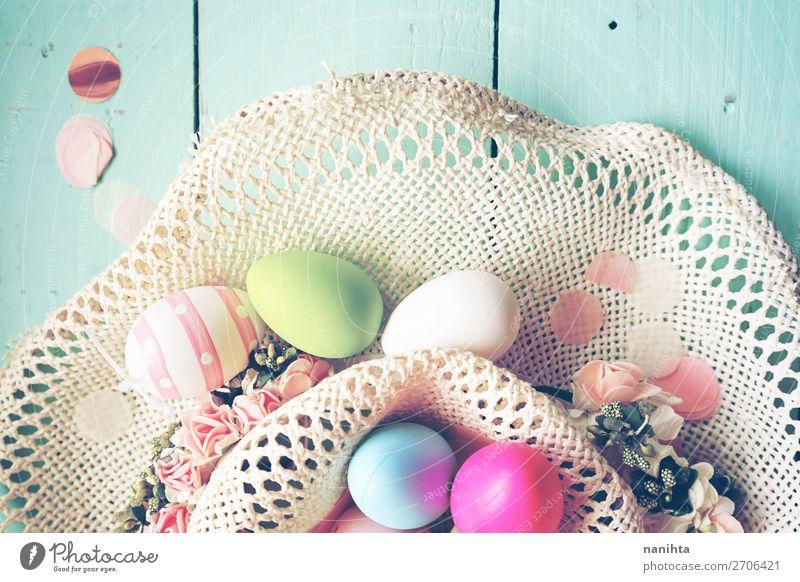 Eine schöne und farbenfrohe Nahaufnahme von Ostereiern. Freude Glück Tisch Party Veranstaltung Feste & Feiern Ostern Natur Holz lustig niedlich blau Farbe