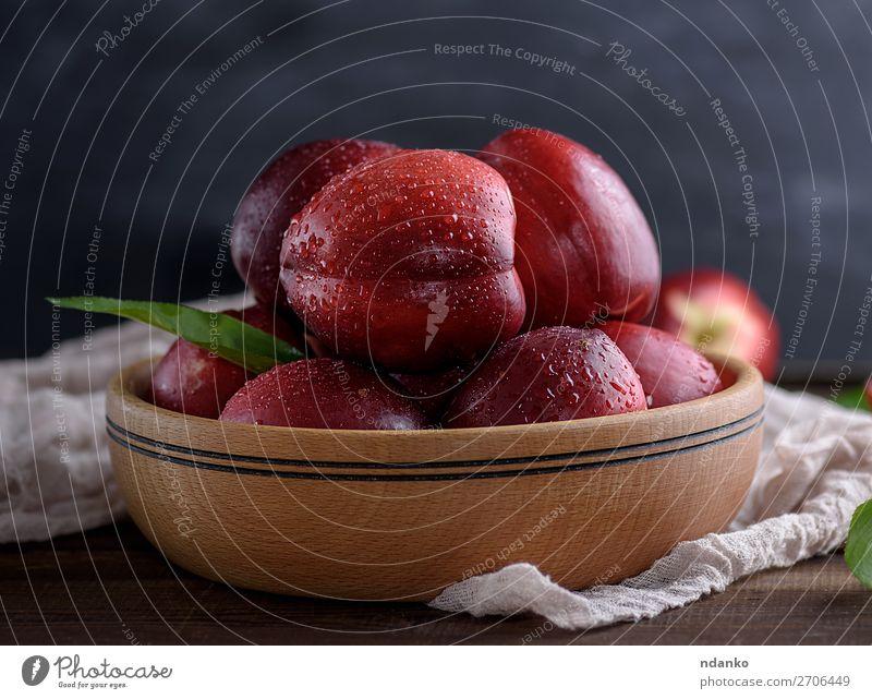 reife rote Pfirsiche in einer Holzschale auf einem Tisch Frucht Dessert Ernährung Vegetarische Ernährung Diät Saft Schalen & Schüsseln Natur Blatt frisch