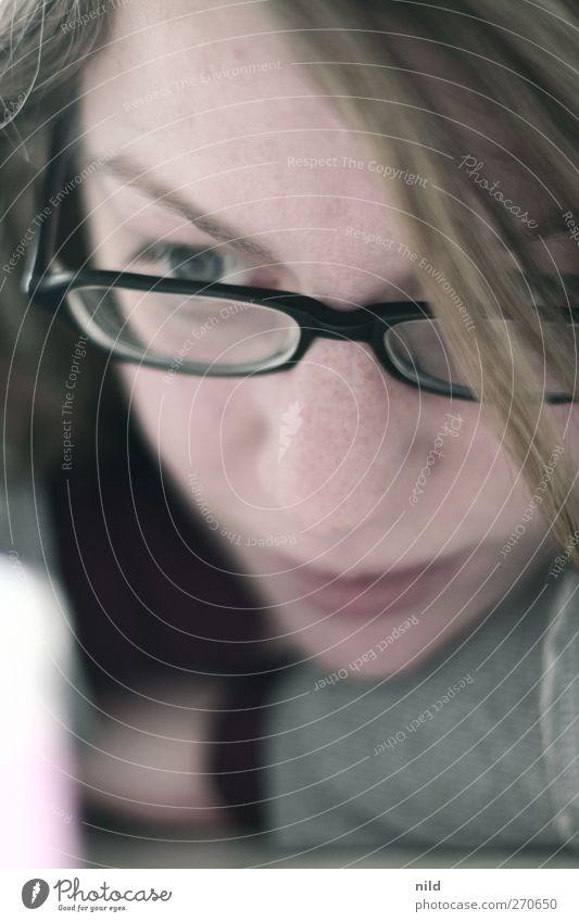 Konzentration Mensch feminin Junge Frau Jugendliche Kopf Haare & Frisuren Gesicht Auge 1 18-30 Jahre Erwachsene Brille blond langhaarig Scheitel beobachten