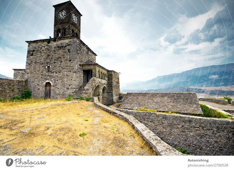Uhrturm in Gjirokastra Umwelt Natur Himmel Wolken Horizont Wetter Gras Sträucher Hügel Berge u. Gebirge Albanien Stadt Altstadt Turm Bauwerk Gebäude Architektur