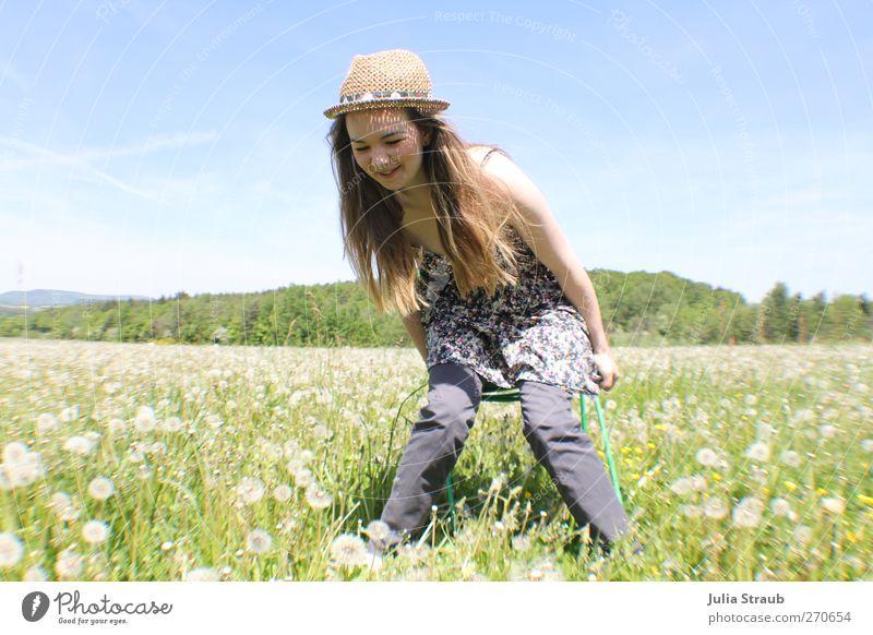 hey Mensch feminin Junge Frau Jugendliche Körper 1 18-30 Jahre Erwachsene Natur Himmel Sommer Schönes Wetter Blume Gras Löwenzahnfeld Wiese Kleid Hut Strohhut