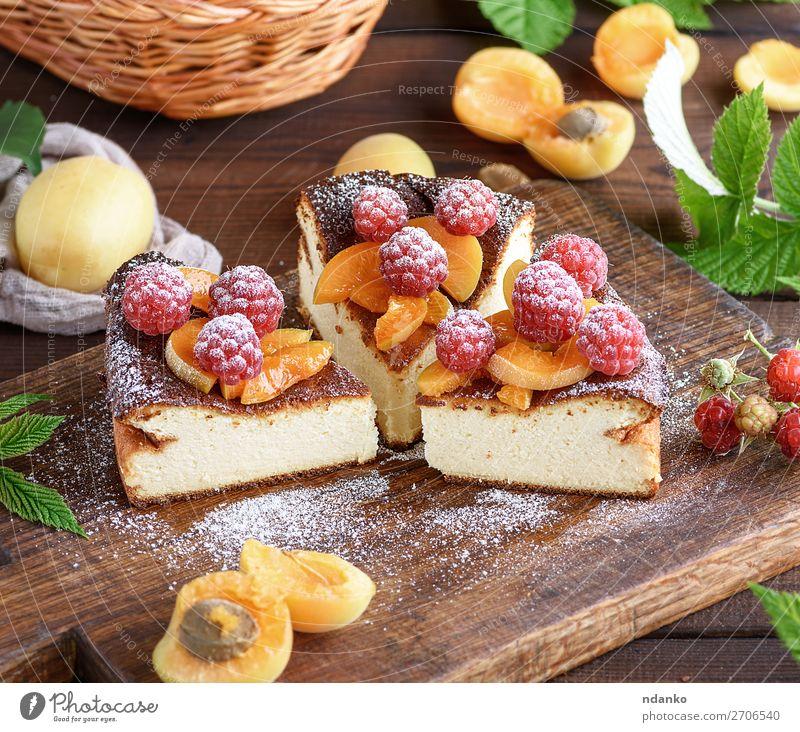 Kuchen mit Himbeeren und Aprikosen Käse Frucht Dessert Süßwaren Ernährung Tisch Holz frisch lecker braun rot weiß Farbe Hintergrund backen Beeren Käsekuchen