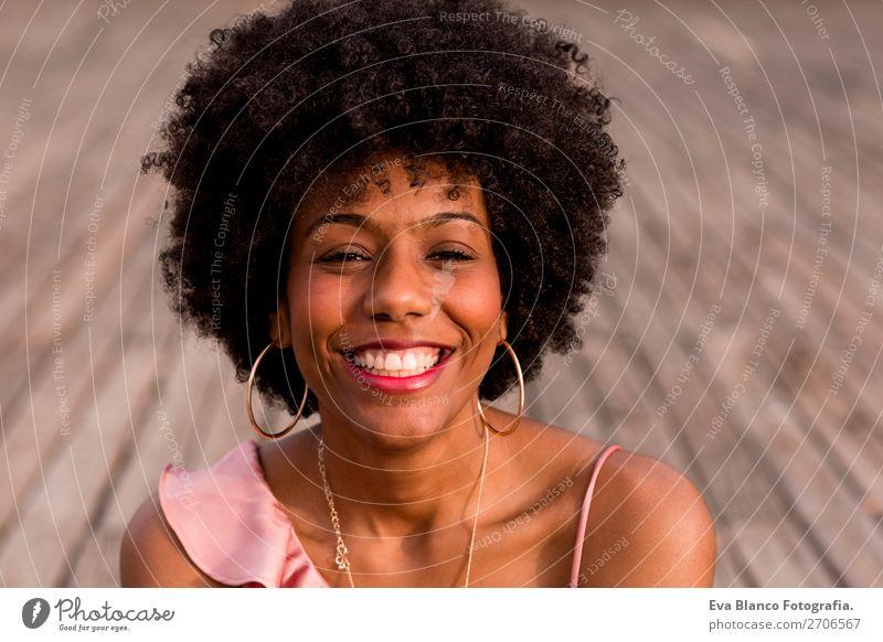 Nahaufnahme Portrait einer jungen schönen afroamerikanischen Frau Lifestyle Stil Glück Haare & Frisuren Sommer Sonne Erwachsene Landschaft Park Mode Jeanshose