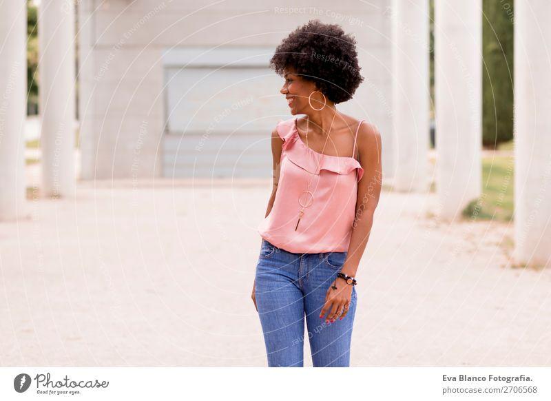 schöne afroamerikanische Frau im Gespräch auf dem Handy Lifestyle Glück Haare & Frisuren Sommer Erwachsene Landschaft Park Mode Jeanshose Afro-Look Lächeln