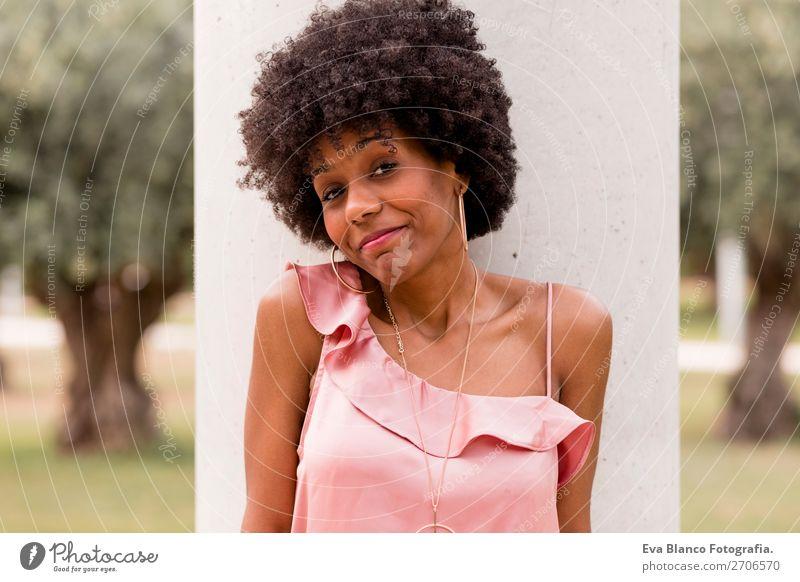 Porträt einer schönen afroamerikanischen Frau Lifestyle Glück Haare & Frisuren Sommer Erwachsene Landschaft Park Mode Afro-Look Lächeln Fröhlichkeit rosa