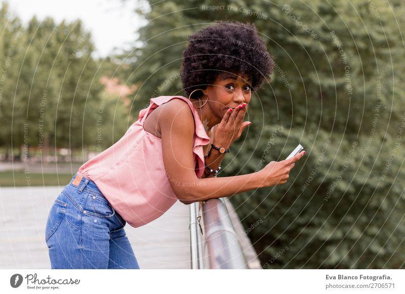 schöne afroamerikanische Frau im Gespräch auf dem Handy Lifestyle Stil Glück Haare & Frisuren Freizeit & Hobby Sommer sprechen Technik & Technologie feminin