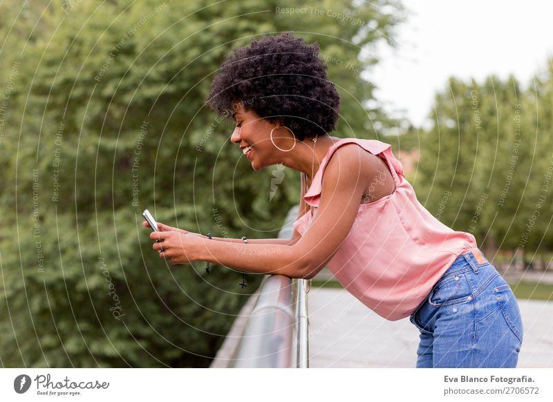 schöne afroamerikanische Frau im Gespräch auf dem Handy Lifestyle Stil Glück Haare & Frisuren Sommer sprechen PDA Technik & Technologie Erwachsene Natur