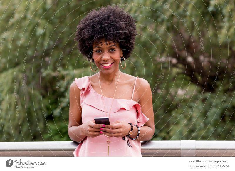 schöne afroamerikanische Frau mit Handy Lifestyle Stil Glück Haare & Frisuren Sommer sprechen PDA Technik & Technologie Erwachsene Natur Landschaft Baum Park