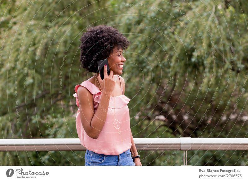 schöne afroamerikanische Frau im Gespräch auf dem Handy Lifestyle Stil Glück Haare & Frisuren Freizeit & Hobby Sommer sprechen Technik & Technologie Internet