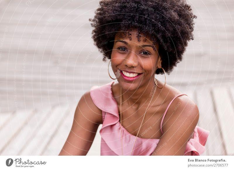 schöne afroamerikanische Frau lächelnd Lifestyle Stil Glück Haare & Frisuren Freizeit & Hobby Sommer Sonne feminin Junge Frau Jugendliche Erwachsene 1 Mensch