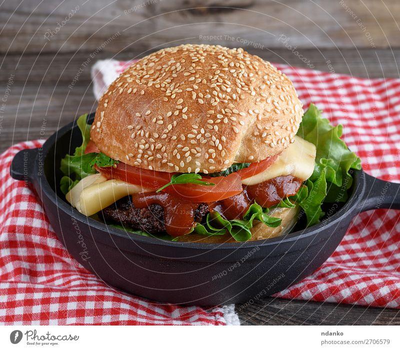 Burger mit Fleischklößchen und Gemüse Käse Brot Brötchen Mittagessen Abendessen Fastfood Pfanne Tisch Holz Essen frisch groß lecker grün schwarz Amerikaner