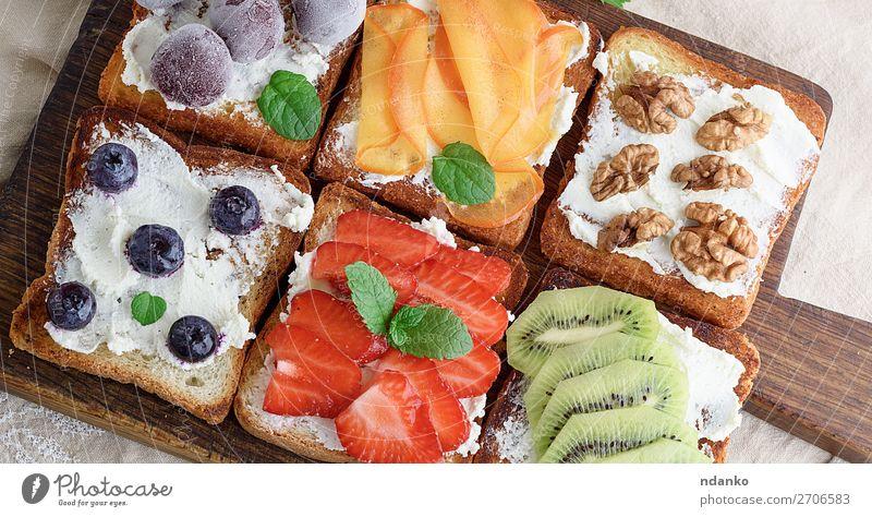 Französische Toasts mit Weichkäse Käse Frucht Brot Dessert Frühstück Mittagessen Holz frisch oben weich grün weiß Amuse-Gueule Hintergrund Beeren Blaubeeren