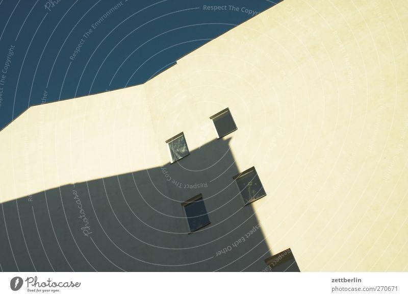 Schatten an der Wand Stadt schön Haus Fenster Wand Architektur Gebäude Mauer Fassade Bauwerk gut Stadtzentrum Wohnhochhaus Etage Stadthaus Traumhaus