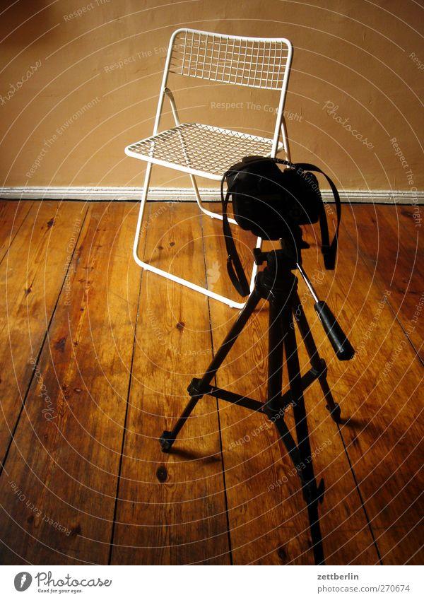 Portrait gehen Wohnung warten Häusliches Leben Bodenbelag gut Stuhl Fotokamera Medien Möbel ausdruckslos Flur Stativ Klappstuhl