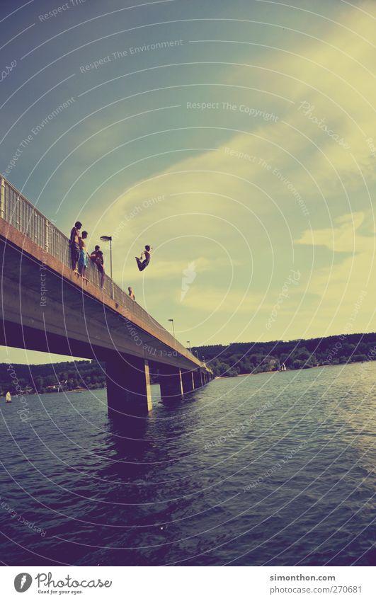 sprung ins nass Mensch Jugendliche Sommer Freiheit springen See Schwimmen & Baden fliegen frei Brücke Sommerurlaub sommerlich Sommerabend Sommertag Sommerferien