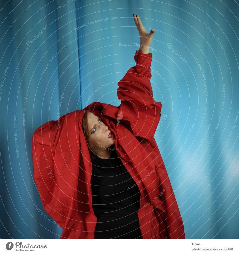 Anastasia Vorhang feminin Frau Erwachsene 1 Mensch Künstler Schauspieler Tanzen Tänzer Kleid Stoff rothaarig langhaarig beobachten festhalten Blick