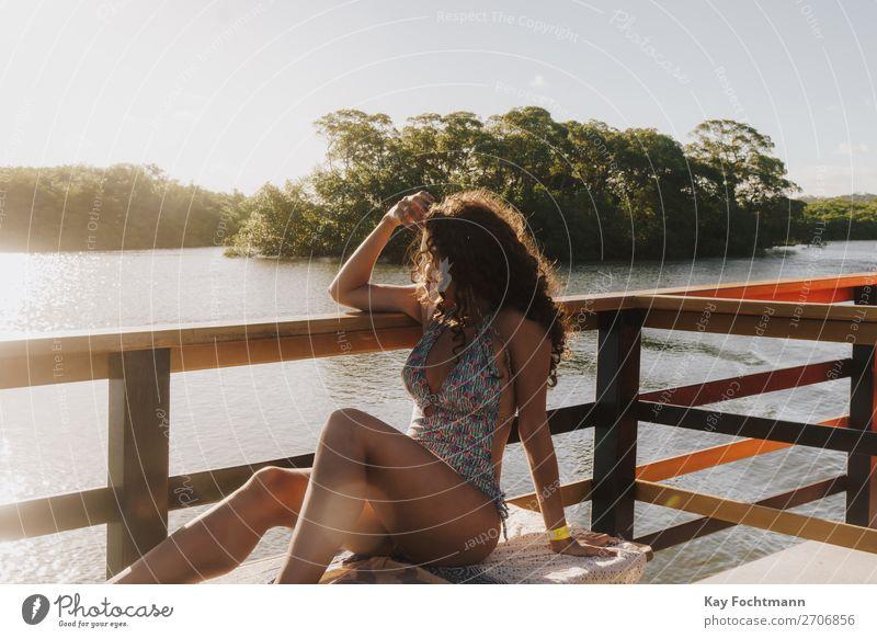 Junge Frau im Badeanzug schaut vom Boot aus auf Mangrovenbucht Lifestyle Glück harmonisch Erholung Freizeit & Hobby Ferien & Urlaub & Reisen Tourismus Ausflug