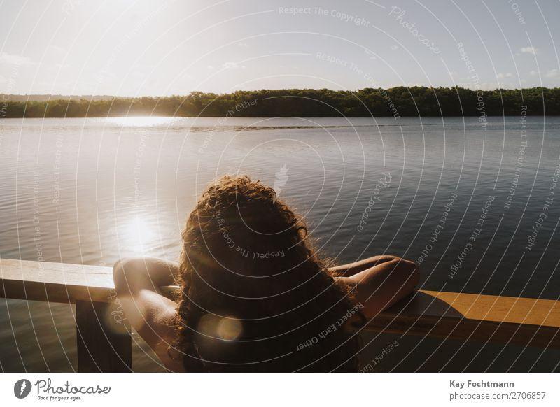 Junge Frau schaut vom Boot aus auf Mangrovenbucht Lifestyle Glück harmonisch Erholung ruhig Ferien & Urlaub & Reisen Tourismus Ausflug Ferne Freiheit Kreuzfahrt