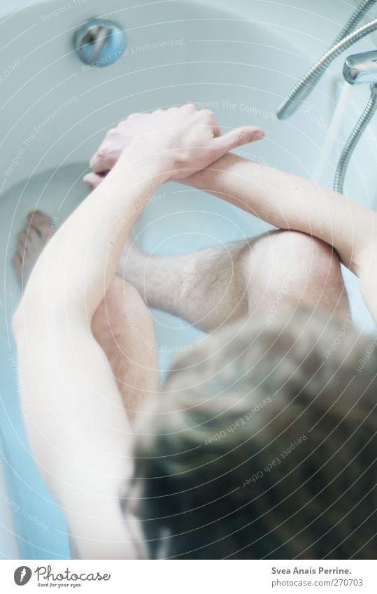 . Mensch Jugendliche Wasser kalt nackt Schwimmen & Baden blond sitzen Junger Mann maskulin Badewanne dünn langhaarig Wasserhahn Badewasser