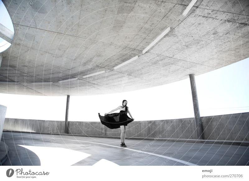 Tanz feminin Junge Frau Jugendliche 1 Mensch 18-30 Jahre Erwachsene Mode Kleid ästhetisch trendy schön Leichtigkeit Kunst Schwarzweißfoto Außenaufnahme