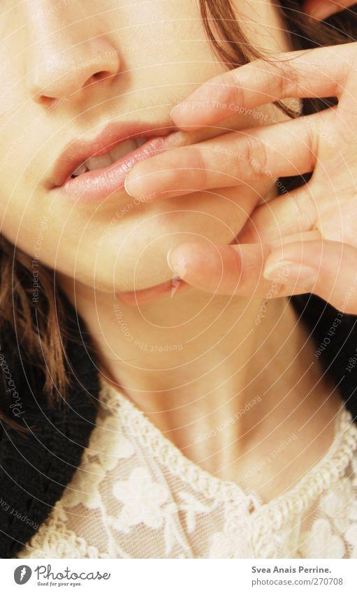 lieblich. elegant feminin Junge Frau Jugendliche Haut Nase Mund Lippen Hand Finger Hals 1 Mensch Spitze brünett Locken festhalten Freundlichkeit schön Erotik